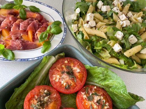 Bilden visar en italiensk buffe med tre rätter